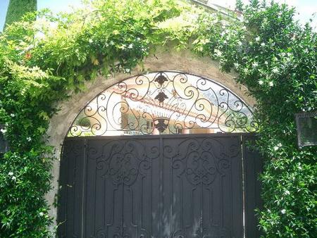 Chiếc cổng ra vào, được đánh giá là chi tiết xấu nhất của lâu đài.