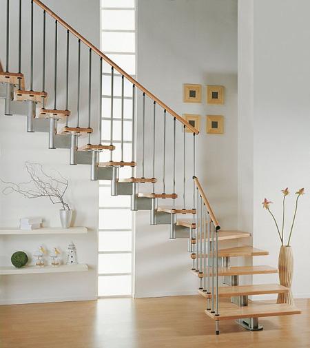 Cửa nhà hướng xuống cầu thang làm hao tiền của