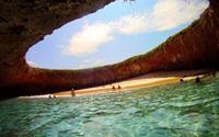 Thăm bãi biển tuyệt đẹp nằm dưới hố sâu