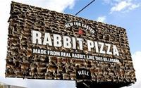Bảng quảng cáo pizza làm từ xác thỏ gây sốc