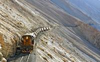 Vẻ hoang vu của tuyến đường sắt cổ chênh vênh lưng chừng núi
