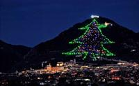 Choáng ngợp cây thông Noel nhân tạo cao bằng ngọn núi