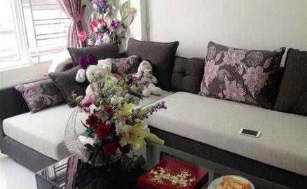 Phòng khách rực rỡ hoa đầu năm của ca sĩ Ngọc Anh