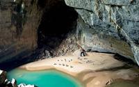 Biển xanh ngắt trong lòng hang Én