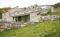 Thiết kế tinh tế, tối giản hiện lên trên nền kiến trúc cổ