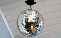 Ngôi nhà đơn điệu cũng trở nên lung linh, sáng loáng nhờ bóng disco