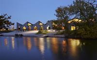 Những thiết kế nhà cạnh hồ nước tuyệt đẹp