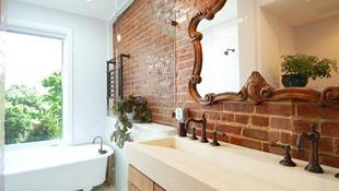 Phòng tắm ấm cúng với tường gạch thô mộc