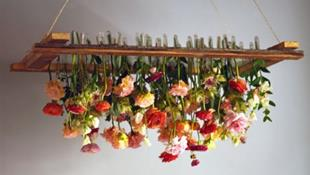 Đèn chùm bằng hoa tươi rực rỡ