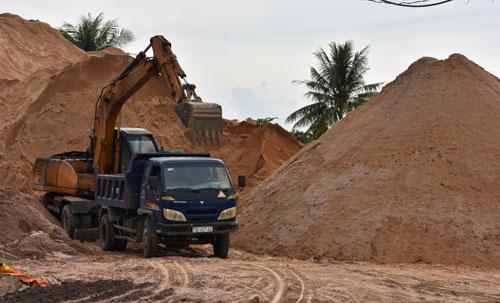 """Giá cát tăng cao """"chặn đứng"""" tiến độ nhiều công trình"""