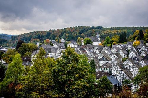 Ngôi làng khiến du khách hoa mắt vì nhà cửa quá giống nhau
