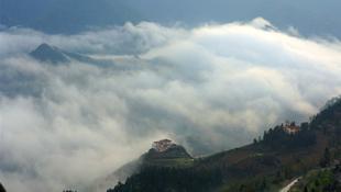 Nhà bên suối mây