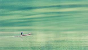 Cô lái đò đội nón lá chèo thuyền gỗ mưu sinh trên hồ Ba Bể