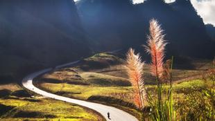 Con đường qua Loóng Luông thuộc huyện Mộc Châu, tỉnh Sơn La uốn lượn như hình hài Tổ quốc