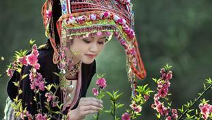 Thiếu nữ dân tộc xinh đẹp dịu dàng trong trang phục truyền thống ngày Tết