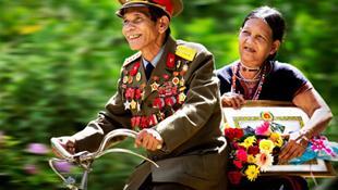 Hình ảnh hạnh phúc của cặp vợ chồng người Cơ Tu